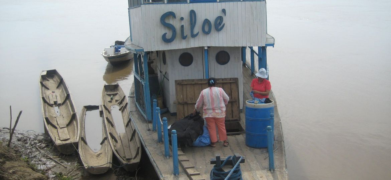 Barco Siloe. Enfermera y cocinera preparando descarga Tipnis